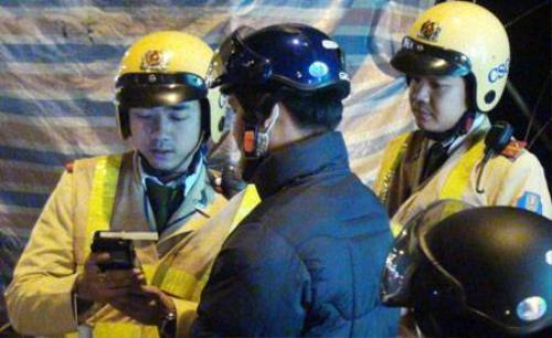 Người vi phạm cố tình chây ì không thổi vào máy hoặc thổi không đúng cách khi CSGT kiểm tra nồng độ cồn tại Hà Nội - Ảnh: T.T