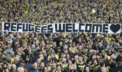 CĐV Dortmund và tấm banner chào đón người tị nạn.