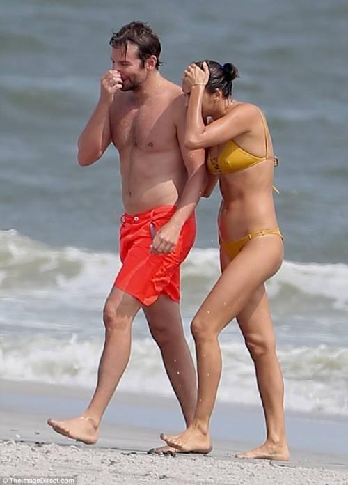 Cả hai nắm tay nhau đi dạo trên bãi biển.