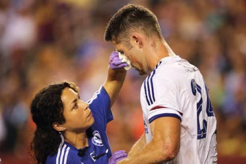 Eva Carneiro chăm sóc các cầu thủ.