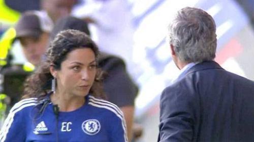 Mourinho tức giận với bác sỹ Carneiro ngay trên sân