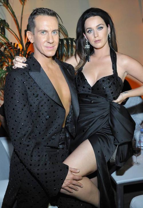 """Ngôi sao nhạc pop diện bộ váy đen xẻ đùi cao và phần ngực trễ, làm nổi bật vòng 1 cỡ khủng. Trang phục của Katy Perry ăn ý với người bạn thân Jeremy. """"Katy là yếu tố quan trọng của bộ phim. Khi bạn xem phim, bạn sẽ hiểu"""" - Jeremy nói trên thảm đỏ."""