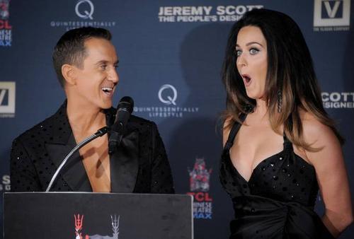 Lời khen của nhà thiết kế khiến Katy làm điệu bộ ngạc nhiên. Katy sử dụng hầu hết thiết kế của Jeremy trong các sự kiện thảm đỏ, trên sân khấu ca nhạc, MV. Thời gian gần đây, nữ ca sĩ không xuất hiện nhiều trước công chúng, cô cũng bỏ qua sự kiện MTV VMA diễn ra cuối tháng 8 vừa qua.