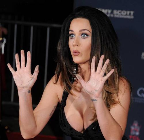 Katy Perry khoe bàn tay sau khi in dấu, giọng ca Roar làm vẻ mặt tinh nghịch. Ngoài đời, Katy sống khá khép kín chuyện tình cảm riêng tư nhưng luôn nhí nhảnh với bạn bè thân thiết.