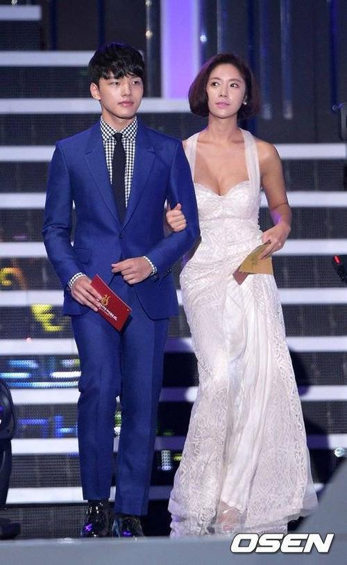 Tối 10/9, người đẹp Hwang Jung Eum cùng nhiều ngôi sao nổi tiếng trong làng giải trí Hàn Quốc đến tham dự lễ trao giải phim truyền hình Seoul International Drama Awards diễn ra tại Seoul. Mỹ nhân Gia đình là số 1 là cùng với đàn em - nam diễn viên Yeo Jin Goo nằm trong số những người công bố giải thưởng.