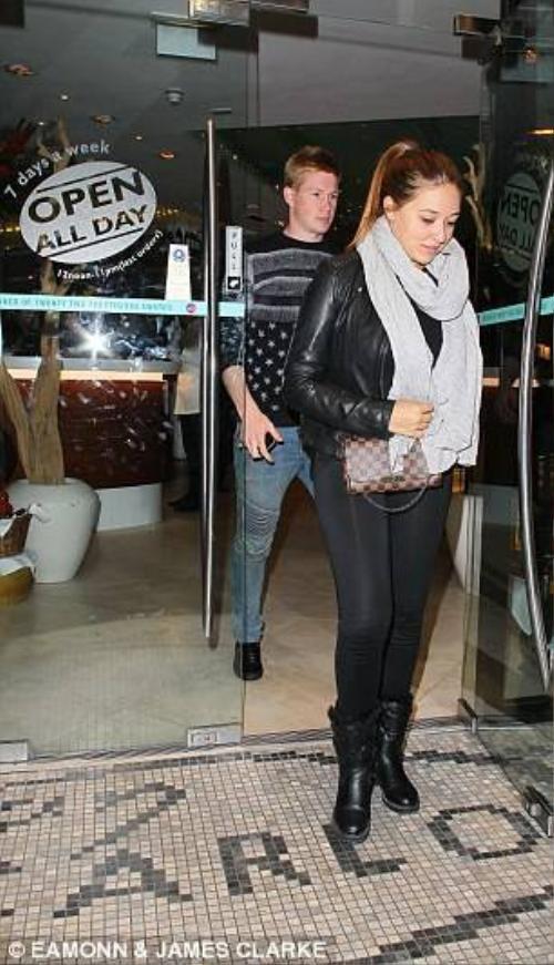 De Bruyne và bạn gái vui vẻ rời nhà hàng.