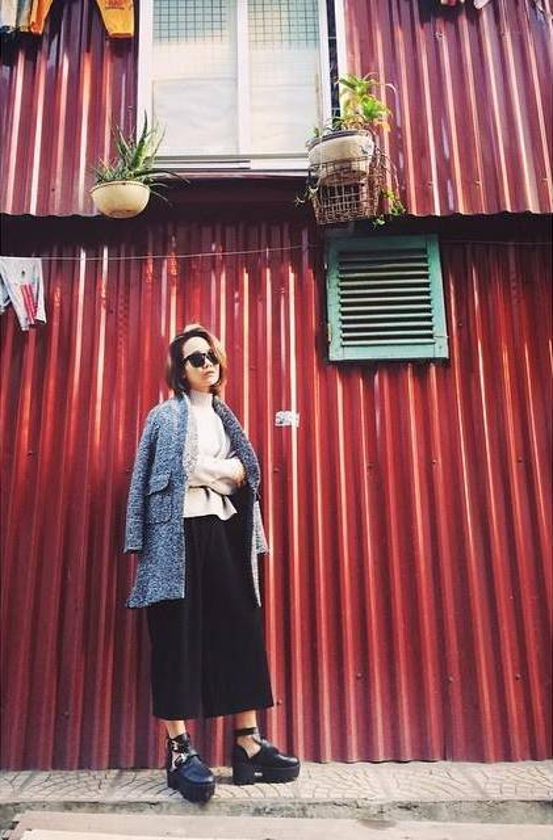 Stylist Quỳnh Đỗ cá tính với cut-out shoes.