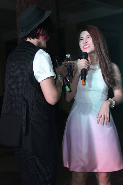 Vicky Nhung thể hiện sự quan tâm dành cho thành viên xinh đẹp trong đội bằng cách mang nước lọc ra tận sân khấu.