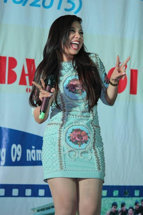 """Phượng Vũ xuất hiện khá trễ do cô bận quay MV đầu tay suốt cả ngày. Cô gái """"vừa ăn, vừa hát"""" hát lại bản hit Tình yêu màu nắng đình đám của Đoàn Thúy Trang và BigDaddy."""