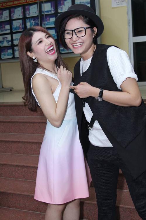 Vicky Nhung bất ngờ xuất hiện và được các tên sinh viên yêu cầu song ca cùng Tố Ny bài hát Đừng lừa dối.