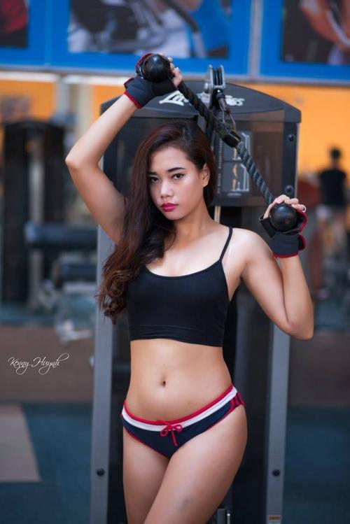 nhung-cu-chi-qua-than-mat-cua-doi-ban-than-trong-phong-tap-gym (1)