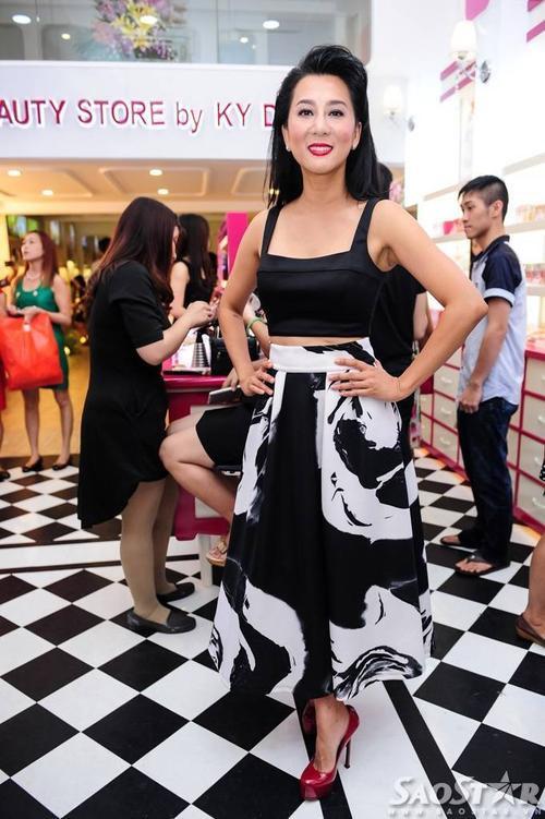 Tối 12/9, MC Nguyễn Cao Kỳ Duyên có buổi khai trương cửa hàng mỹ phẩm tại Quận 3, TP HCM. Chị thu hút sự chú ý từ truyền thông và khách mời tham dư nhờ thân hình thọn gọn, trẻ trung của mình.