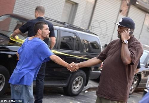 Chủ nhân của chú chó Pitbull bắt tay cảm ơn anh Anthony Davis vì đã có hành động kịp thời cứu mạng người đàn ông tội nghiệp kia.