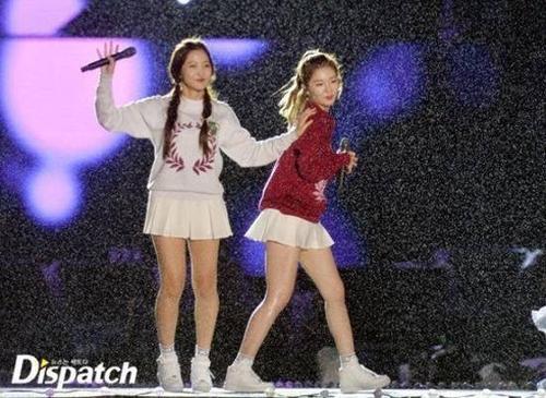 Tháng 7 vừa qua, một buổi diễn của nhóm Red Velvet ở Jamsil bất ngờ gặp sự cố. Cơn mưa đến bất chợt khi nhóm đang biểu diễn làm ướt trang phục của các cô gái, phần nào ảnh hưởng đến màn trình diễn. Thêm vào đó sàn sân cũng dính nước mưa dễ trơn trượt. Tuy nhiên, sân khấu của Red Velvet vẫn dễ chịu hơn các đồng nghiệp dưới đây.