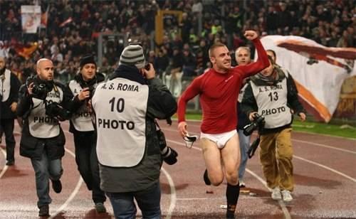 De Rossi hưng phấn chạy quanh sân khi AS Roma giành chiến thắng 1-0 trước đối thủ cùng thành phố Lazio , ngày 7/12/2009.