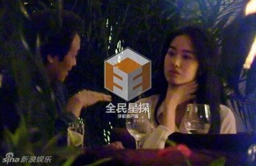 Cô gái đi cùng cha nuôi Lưu Diệc Phi có ngoại hình rất giống thần tiên tỷ tỷ.