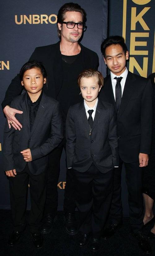 Shiloh và bố cùng 2 anh trai Maddox và Pax Thien, trong đó cô bé thân thiết với Pax hơn cả (trái).