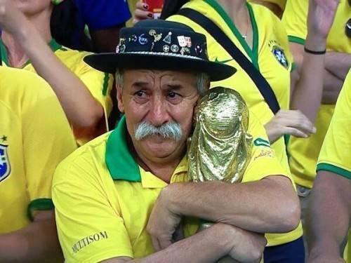 Với fan bóng đá, hình ảnh ôm chặt chiếc cúp, đôi mắt buồn rượi sau trận bán kết World Cup 2014 của ông là hình ảnh in đậm sâu trong tâm trí mỗi người