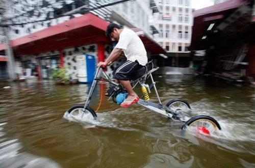 Chiếc xe đạp có chiều cao vượt trội để chống ngập nước.