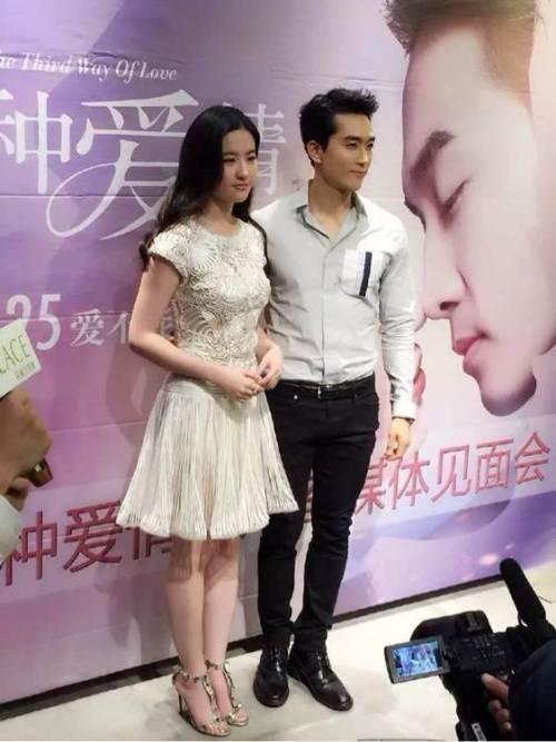 Song Seung Hun và Lưu Diệc Phi không thân thiết với nhau phía sau ống kính.