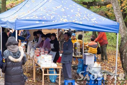 Một quầy bán đồ ăn phục vụ du khách