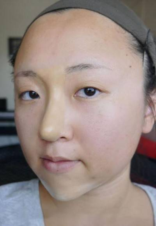 Bước 4: Dùng tay chà miết sao cho mũi trông tự nhiên y như thật.