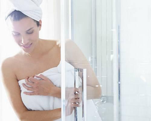 Tắm thất thường trước khi ngủ sẽ khiến bạn thức giấc trong trạng thái đau đầu.