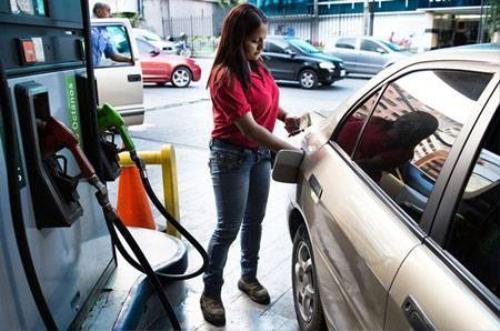 Giá xăng ở Venezuela được Chính phủ trợ giá nên rẻ nhất thế giới. Ảnh: Bloomberg.