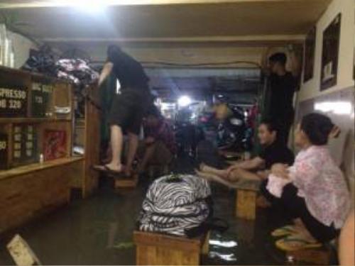Quán cà phê bị ngập trong cơn mưa lớn. Ảnh: Duy Trần