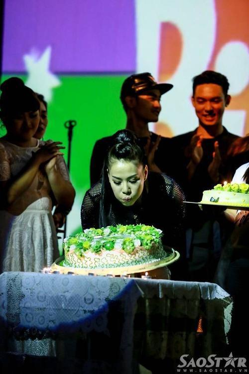 Khoảnh khắc Thu Minh thổi nến mừng tuổi mới.
