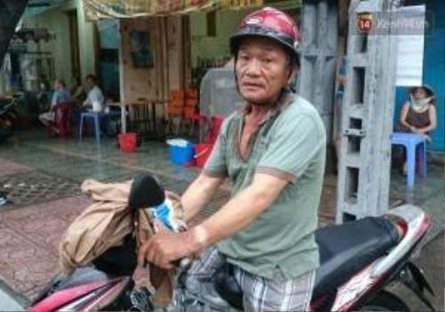 Ông Tỷ vừa chạy xe ôm, vừa tranh thủ nhặt rác khi vắng khách.