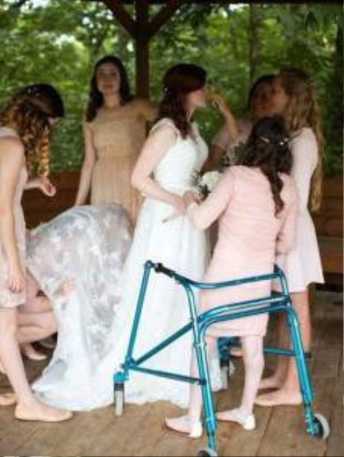 Chị cả Mikayla, 19 tuổi, cùng các em gái trong lễ kết hôn. Natalie, Alexis và Kelsey là những phù dâu xinh đẹp.