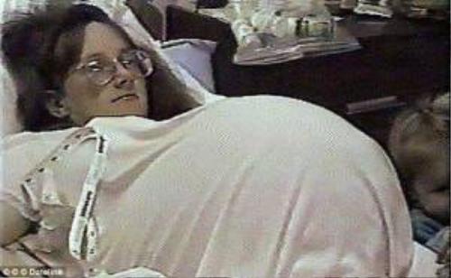 """Bobbi trước giờ lâm bồn. Ngày 11/9/1997, chị hạ sinh 7 em bé trước dự sinh 9 tuần. Ngay sau ca sinh, đích thân Tổng thống Mỹ khi đó là Bill Clinton gọi điện chúc mừng vợ chồng chị Bobbi. """"Nữ hoàng truyền thông"""" Oprah chào đón họ trong một chương trình của cô, trong khi nhiều người ẩn danh đề nghị giúp đỡ cặp vợ chồng và 7 đứa bé."""