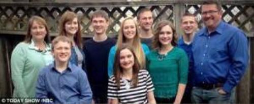 Sau 18 năm, 7 chị em đã tốt nghiệp trung học. Cô gái ngồi hàng đầu tiên, áo kẻ là chị cả Mikayla (hơn 7 người em một tuổi).