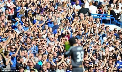 Các CĐV Chelsea luôn gọi tên vỗ tay ủng hô Cech trong ngày trở về.