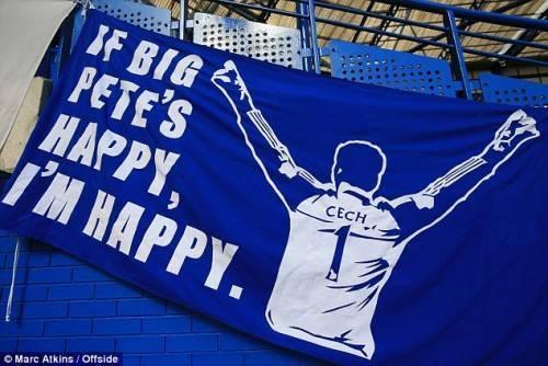 """Biểu ngữ thể hiện sự trân trọng và tình cảm fan Chelsea dành cho Cech là rất lớn """"Nếu Pete vĩ đại vui, tôi cũng vui"""". (Pete tên thân mật của Petr Cech)."""