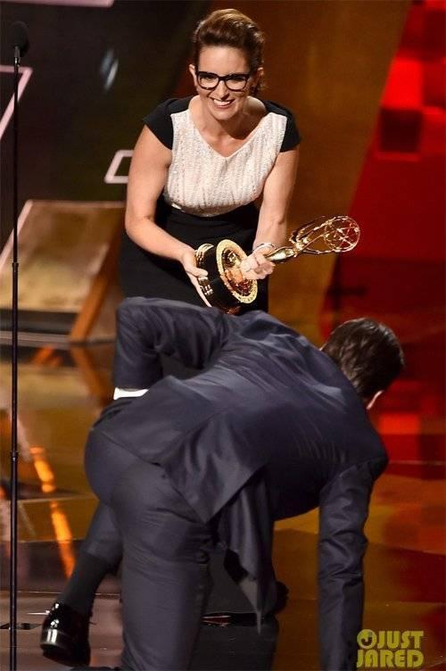 Tina Fey cười tươi trước hành động của đồng nghiệp.