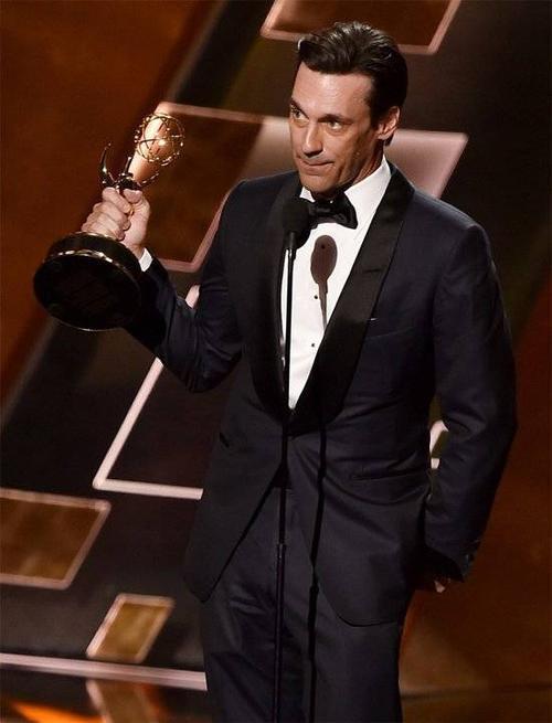 Nam diễn viên Jon Hamm nhận giải Emmy đầu tiên sau 8 lần đề cử Nam diễn viên xuất sắc nhất.