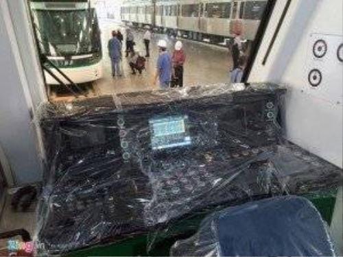 Phòng lái với các nút điều khiển và màn hình LCD.