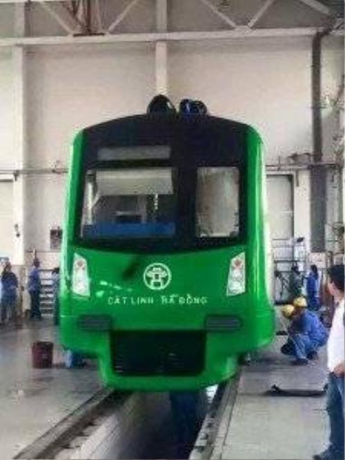 Trước đó, tấm hình được một thành viên diễn đàn Otofun đăng tải về hình dáng đoàn tàu mẫu đã gây nhiều ý kiến trái chiều về hình dáng, thiết kế. Theo kế hoạch, dự án đường sắt đô thị tuyến Cát Linh - Hà Đông có 13 đoàn tàu, loại B1, mua của Trung Quốc với cấu hình mỗi đoàn gồm 4 toa xe, thân tàu sử dụng vật liệu thép không gỉ, giá trị hơn 63 triệu USD. Các đoàn tàu này do Công ty Trách nhiệm hữu hạn trang thiết bị tàu điện ngầm Bắc Kinh (Beijing Rolling Stock Equipment Co., Ltd) sản xuất.