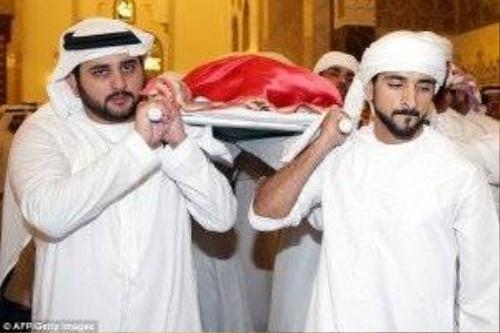 Thi hài của hoàng tử được bọc trong lá cờ của Các tiểu vương quốc Ả Rập thống nhất.