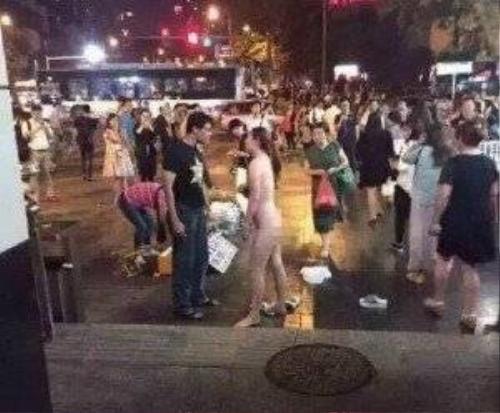 Cô gái cởi hết quần áo giữa chỗ đông người. (Nguồn: chinadaily)