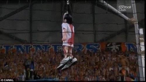 Các CĐV Marseille treo hình nộm của Valbuena