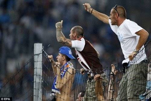 Tình hình hỗn loạn trên khán đài khi họ không chấp nhận người cũ phản bội thi đấu dưới sân