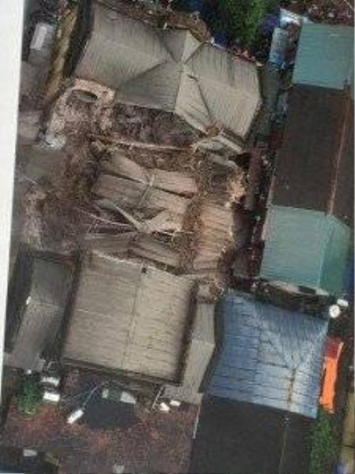 Căn nhà bị đổ sập cao 2 tầng, bị sập ở giữa.
