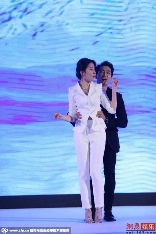"""Nhưng sau đó, Song Seung Hun sớm bỏ cuộc vì lý do """"Lưu Diệc Phi quá nặng""""."""