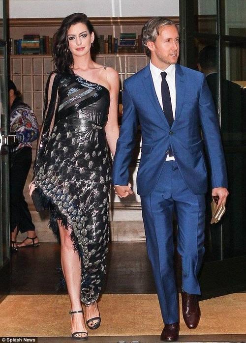 Mới đây, Anne Hathaway được ông xã Adam Shulman tháp tùng đến buổi công chiếu bộ phim mới The Intern (Bố già học việc) do cô và tài tử kỳ cựu Robert De Niro đóng vai chính, ở Manhattan, New York.