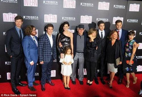 Anne chụp ảnh với tài tử đàn anh Robert De Niro cùng dàn cast trong phim.