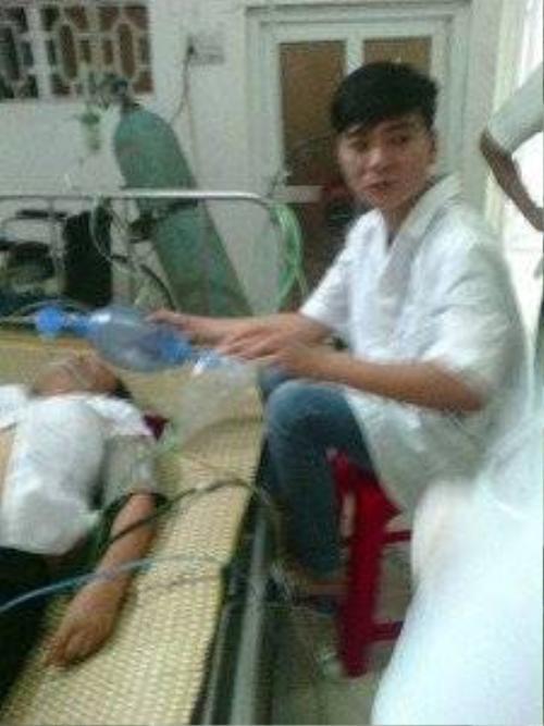 Nạn nhân đang được cấp cứu tại Bệnh viện Đa khoa Nghĩa Bình (ảnh do người nhà cung cấp)