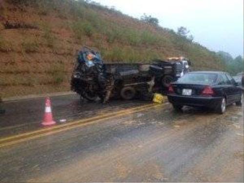 Xe tải lật nghiêng sau vụ va chạm - Ảnh: D.Vân
